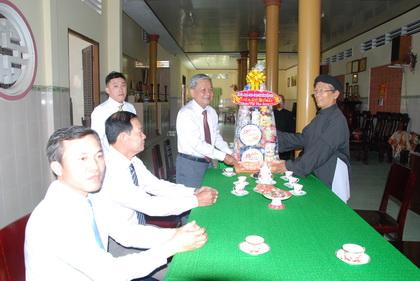Trưởng Ban Dân vận Tỉnh ủy Trần Long Thôn trao quà Tết đến Ban Trị sự Tỉnh hội Minh Sư đạo