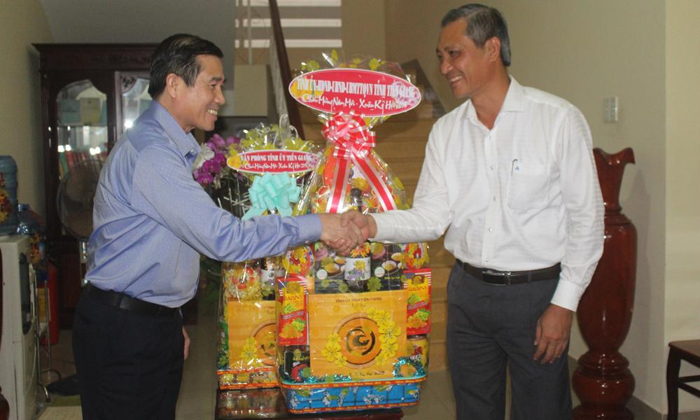 Chủ tịch UBND tỉnh Lê Văn Hưởng thăm, chúc tết Huyện ủy Chợ Gạo.