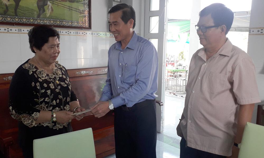 Chủ tịch UBND tỉnh Lê Văn Hưởng thăm, chúc tết gia đình đồng chí Huỳnh Xuân Việt, nguyên Quyền Chủ tịch UBND tỉnh.