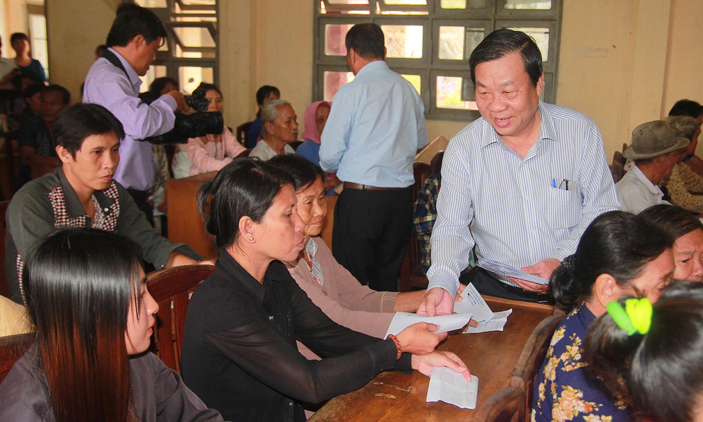 Đồng chí Nguyễn Ngọc Trầm trao quà tết cho các hộ nghèo trên địa bàn xã Tân Phú (huyện Tân Phú Đông).