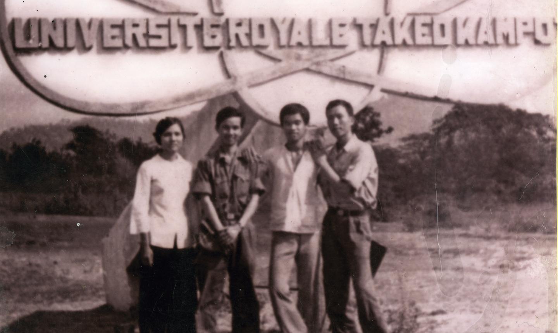 Cán bộ, phóng viên Báo Ấp Bắc tác nghiệp tại chiến trường biên giới Tây Nam năm 1979.