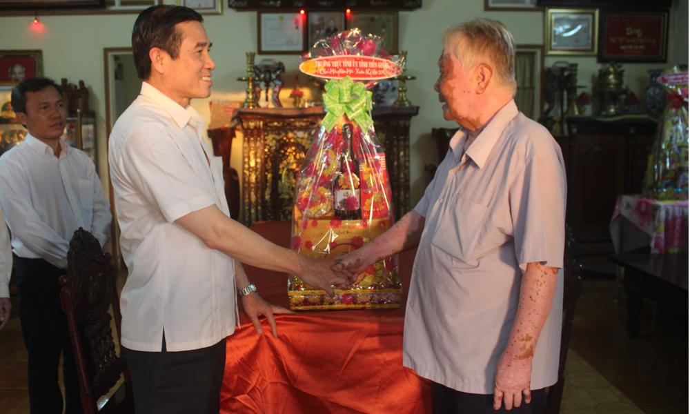 Đồng chí Lê Văn Hưởng thăm và chúc tết đồng chí Phan Minh Thanh, nguyên Phó Bí thư Tỉnh ủy, nguyên Chủ tịch UBND tỉnh.
