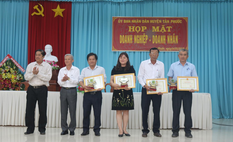 Lãnh đạo Huyện ủy và UBND huyện Tân Phước trao giấy khen cho các doanh nghiệp có đóng góp vào phát triển kinh tế của huyện trong thời gian qua.