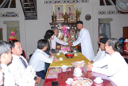 Trưởng Ban Dân vận Tỉnh ủy Trần Long Thôn trao hoa và quà Tết Hội đồng Chưởng quản Hội thánh Cao Đài Chơn Lý