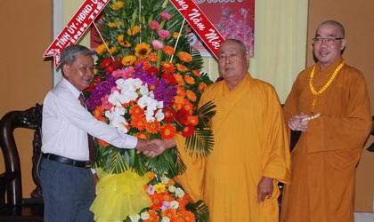 Trưởng Ban Dân vận Tỉnh ủy Trần Long Thôn trao hoa và quà Tết đến Ban Trị sự Phật giáo tỉnh