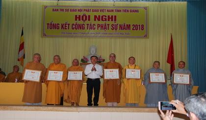 Ông Trần Văn Thi, Phó Chủ tịch Ủy ban MTTQ tỉnh trao Bằng khen cho các tập thể
