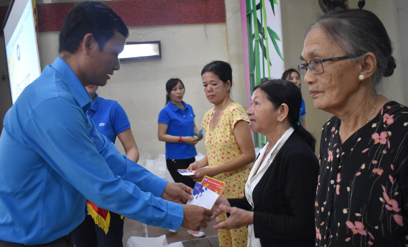 Đồng chí Hoàng Khắc Tinh, Phó Chủ tịch Liên đoàn Lao động tỉnh trao quà
