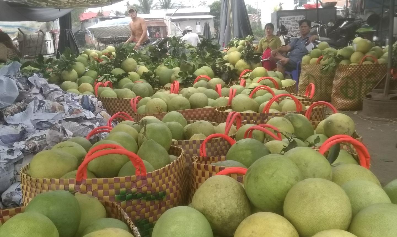 Trái cây tết ở chợ Vĩnh Kim.