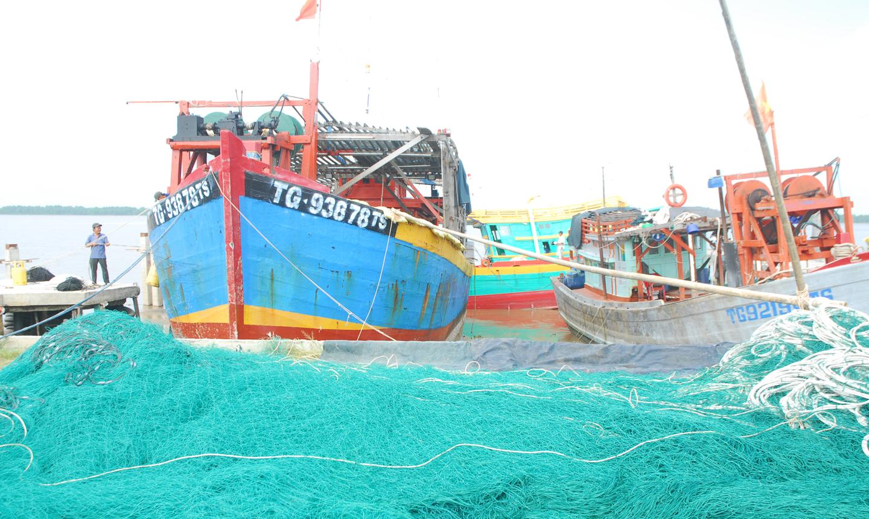 Ngư dân xã Tân Phước sắp xếp ngư cụ để chuẩn bị đón tết.