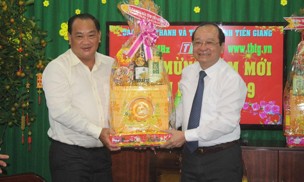 Lãnh đạo tỉnh tặng quà Đài Phát thanh - Truyền hình tỉnh Tiền Giang.