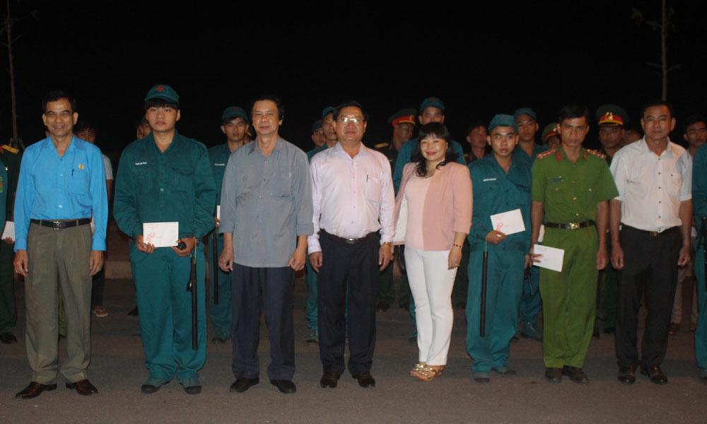Lãnh đạo tỉnh thăm, chúc tết các lực lượng ứng trực tại Quảng trường Trung tâm tỉnh.