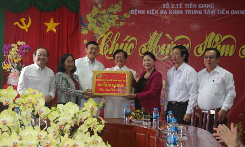 Bệnh viện Đa khoa trung tâm tỉnh tặng quà Bệnh viện Đa khoa trung tâm tỉnh.