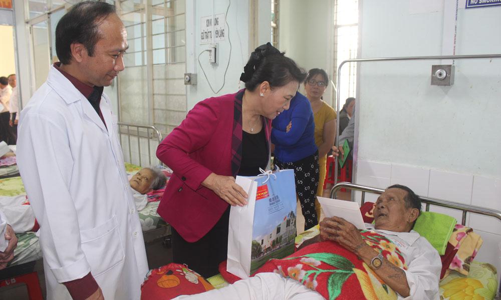 Bệnh viện Đa khoa trung tâm tỉnh tặng quà bệnh nhân Bệnh viện Đa khoa trung tâm tỉnh.