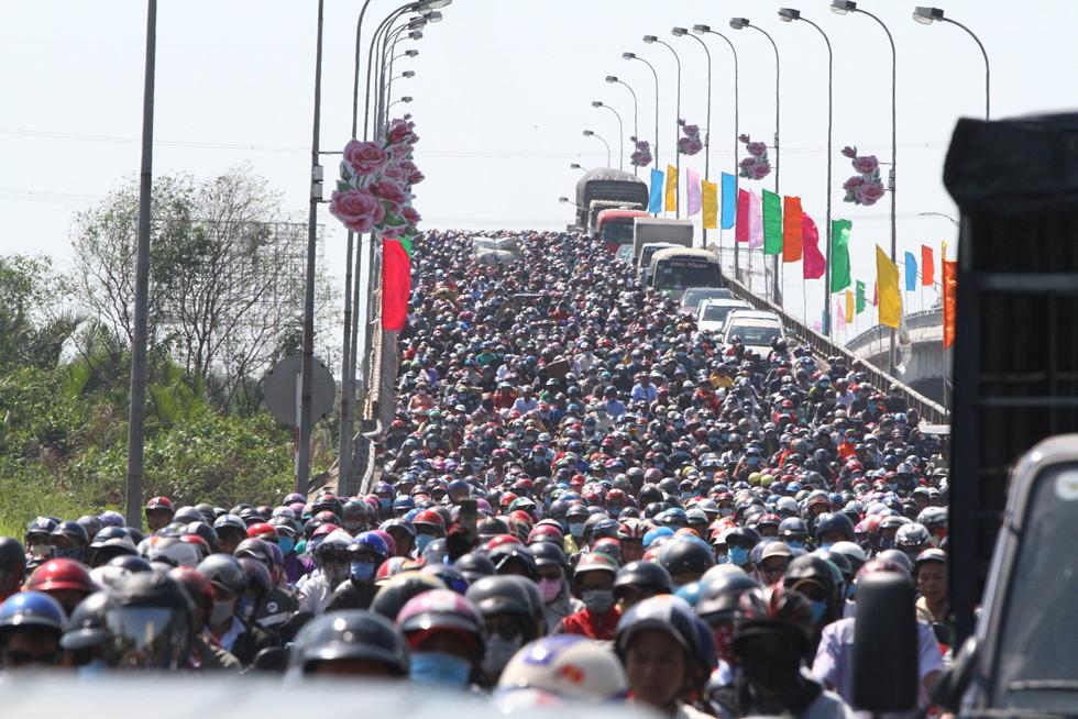 Dòng người miền Tây về lại Sài Gòn làm việc sau Tết ken cứng trên QL 1A - ảnh 11