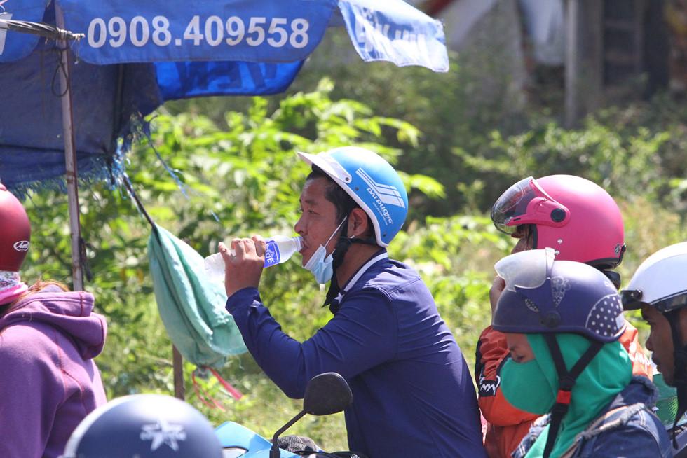 Dòng người miền Tây về lại Sài Gòn làm việc sau Tết ken cứng trên QL 1A - ảnh 18