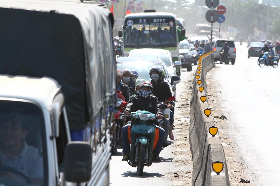 Dòng người miền Tây về lại Sài Gòn làm việc sau Tết ken cứng trên QL 1A - ảnh 8