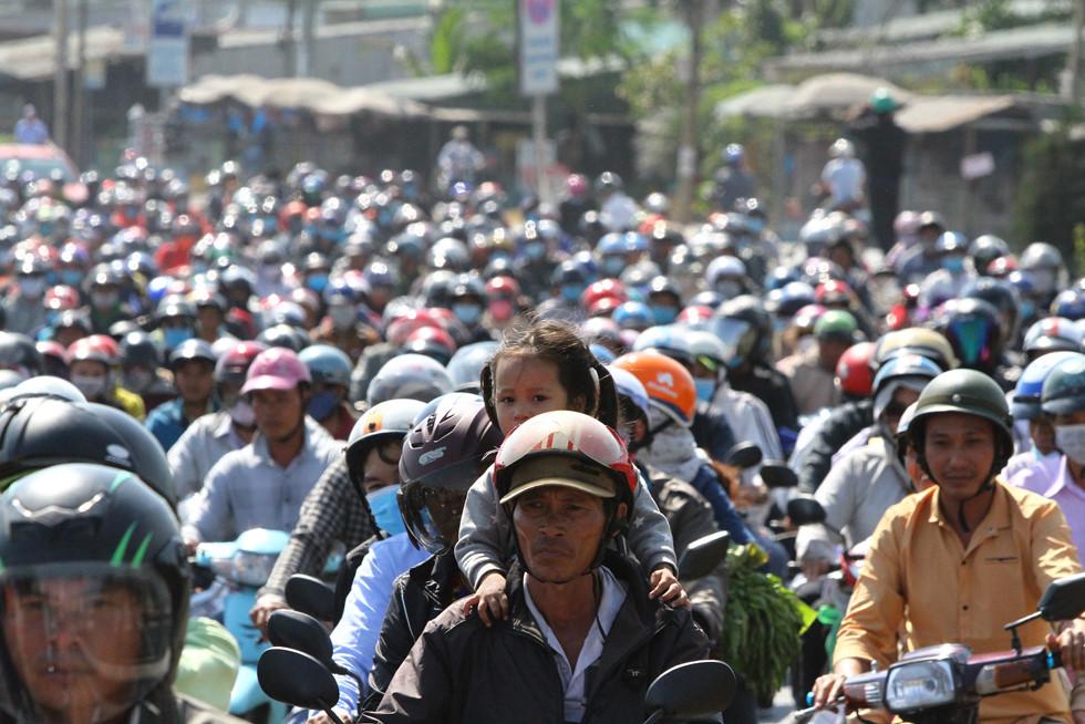 Dòng người miền Tây về lại Sài Gòn làm việc sau Tết ken cứng trên QL 1A - ảnh 3