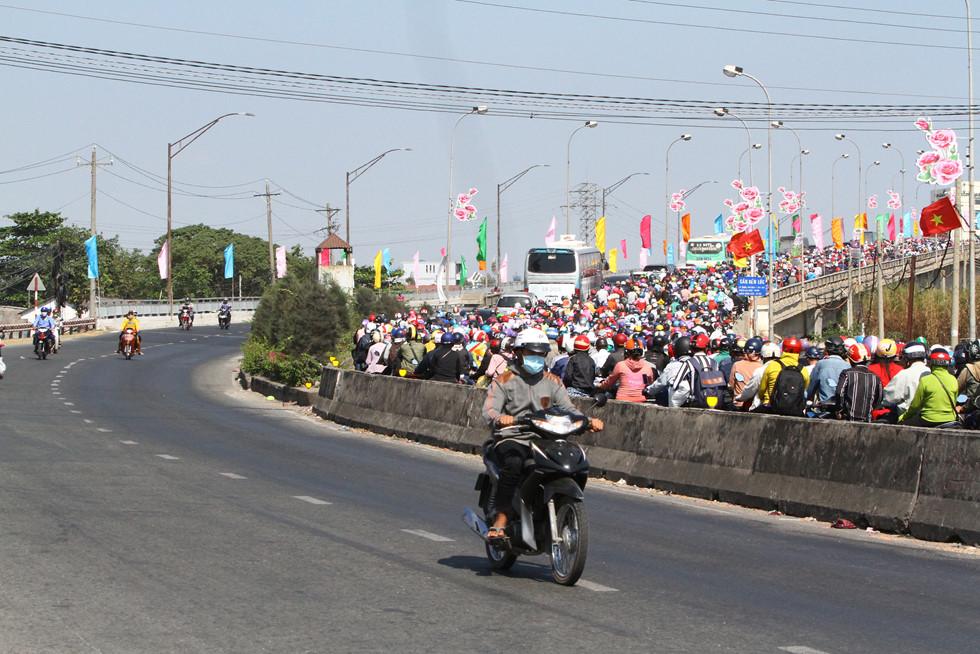Dòng người miền Tây về lại Sài Gòn làm việc sau Tết ken cứng trên QL 1A - ảnh 5