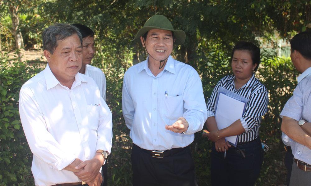 Chủ tịch UBND tỉnh Lê Văn Hưởng kiểm tra tình hình cấp nước sinh hoạt tại xã Mỹ Phước Tây.