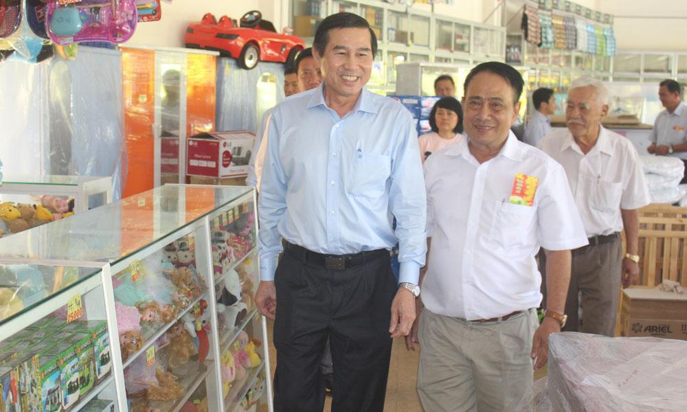 Chủ tịch UBND tỉnh Lê Văn Hưởng thăm HTX Thương mại - Dịch vụ phường 1.