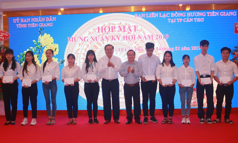 Đồng chí Lê Văn Nghĩa và đồng chí Phạm Anh Tuấn trao học bổng của Ban Liên lạc  cho các sinh viên Tiền Giang đang học tập tại TP. Cần Thơ.
