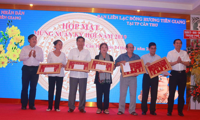 Đồng chí Lê Văn Hưởng trao quà  mừng thọ của Ban Liên lạc cho các  đồng hương cao niên.