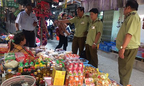 Kiểm tra việc sắp xếp hàng hóa tại các chợ
