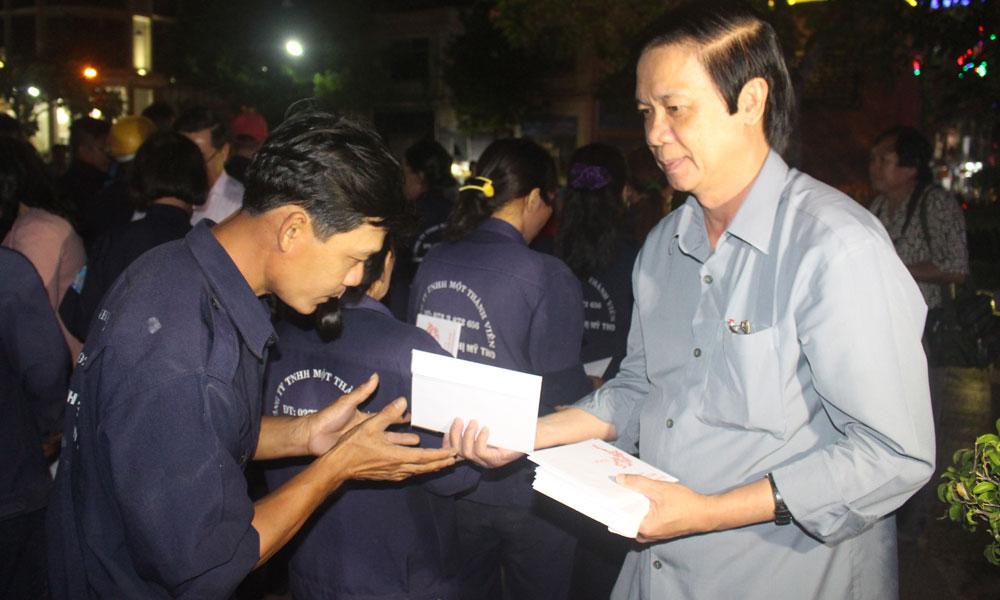 Bí thư Tỉnh ủy Nguyễn Văn Danh tặng quà công nhân Công ty TNHH MTV Công trình đô thị TP. Mỹ Tho.