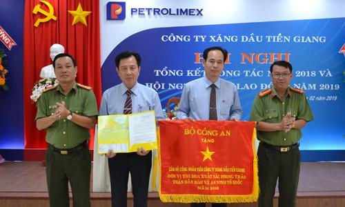 Petrolimex Tiền Giang nhận Cờ thi đua của Bộ Công an.