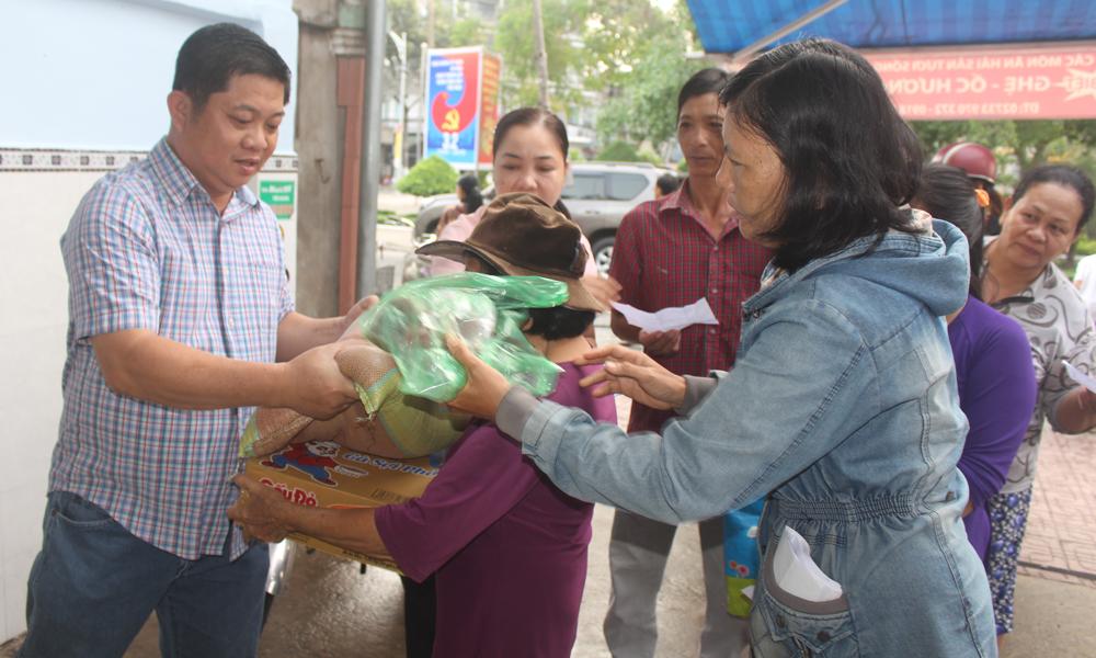 Tặng quà cho các hộ nghèo trên địa bàn phường 4, TP. Mỹ Tho.