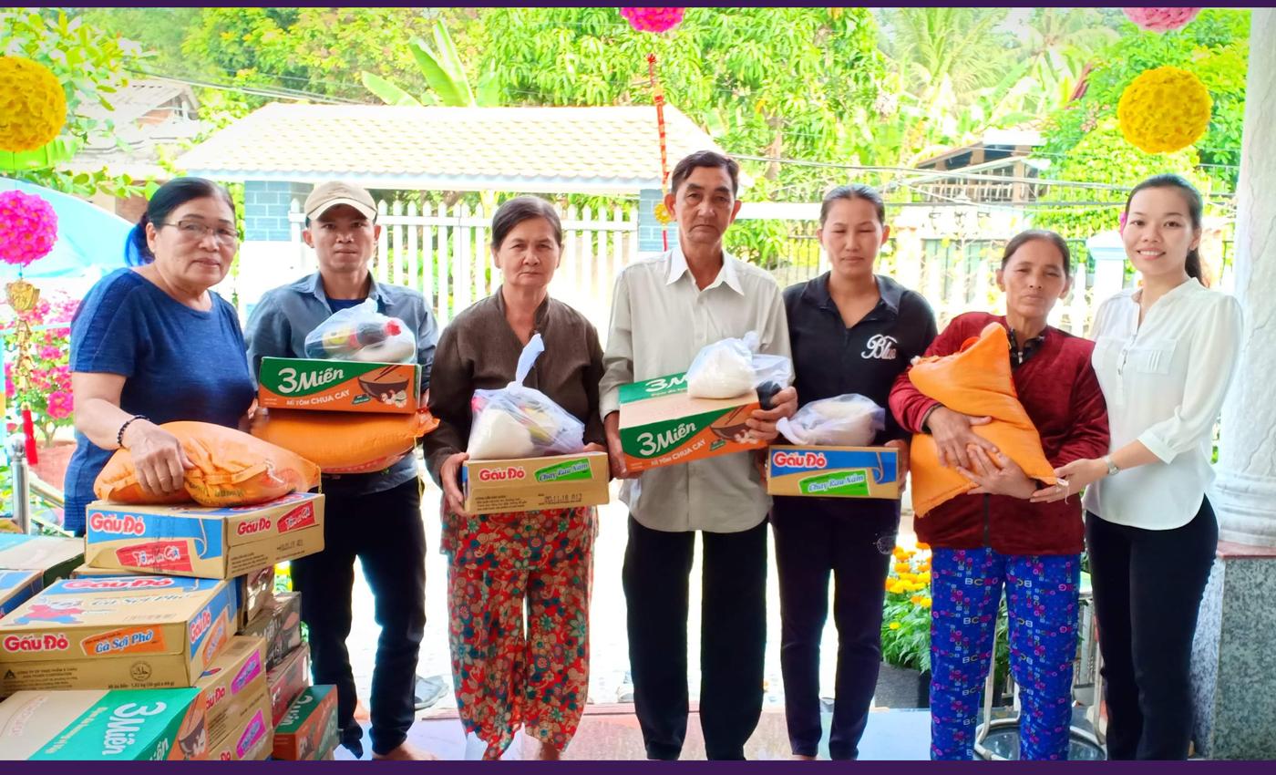 Tặng quà tết cho phụ nữ nghèo thị trấn Chợ Gạo