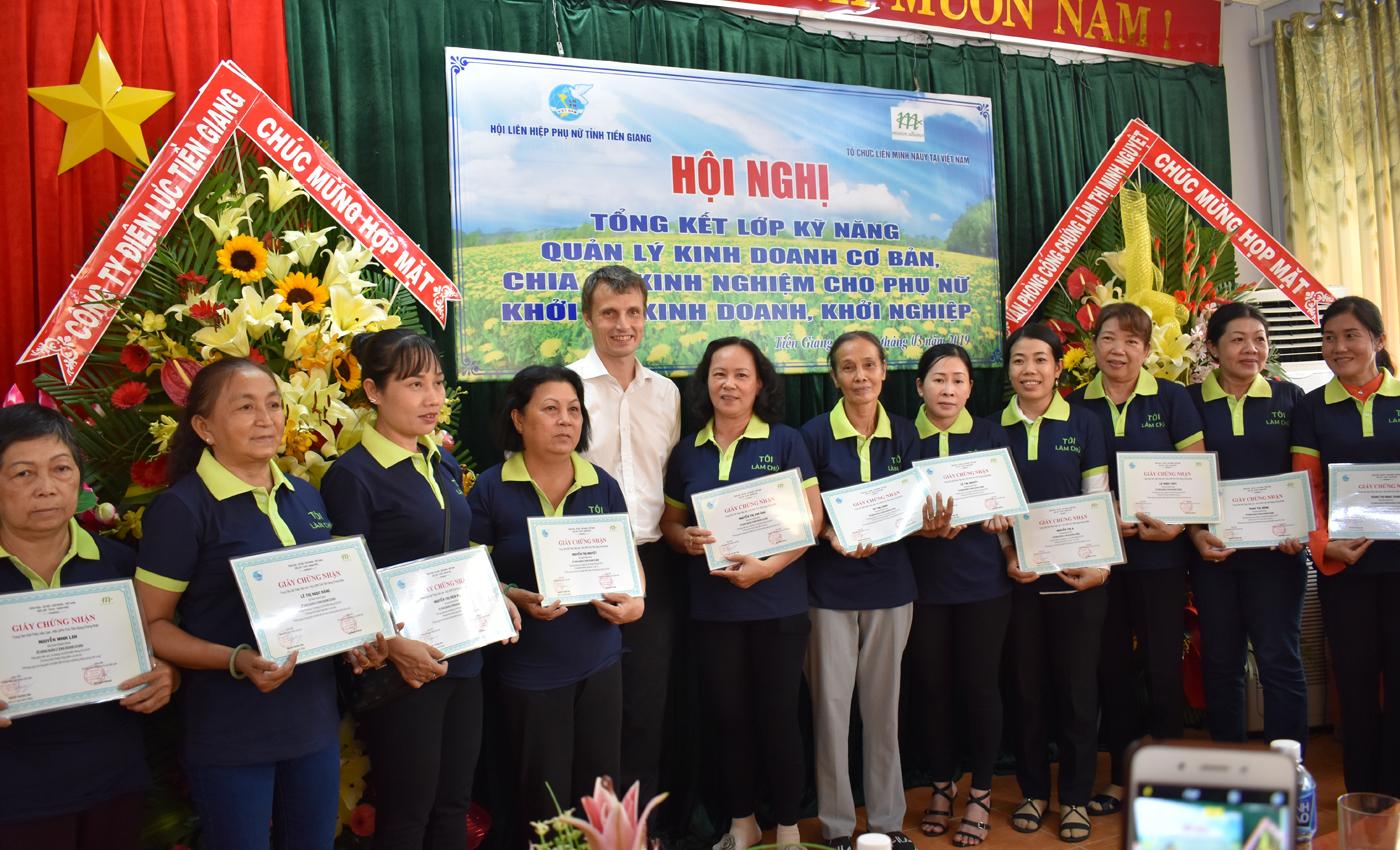 Đại diện Tổ chức Liên minh Nauy trao giấy chứng nhận cho các học viên
