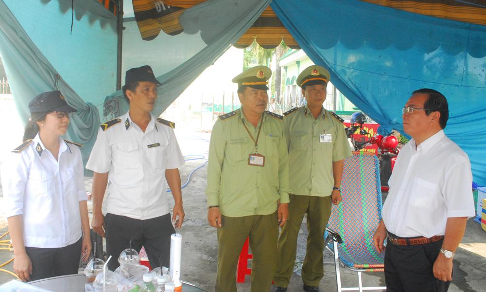 đồng chí Phạm Anh Tuấn hỏi thăm lực lượng chuyên ngành.