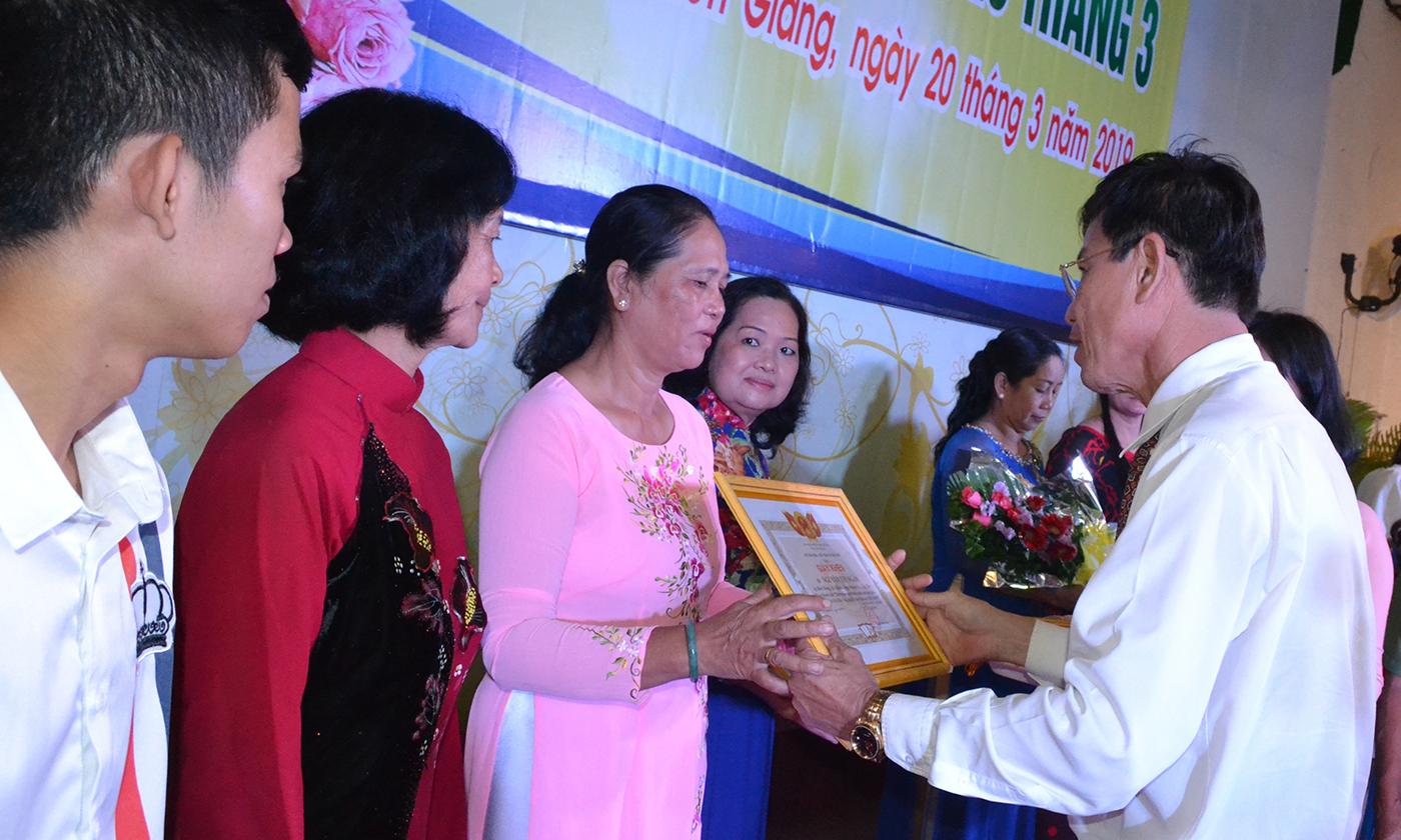 Lãnh đạo Sở VHTT&DL trao giấy khen của Sở VHTT&DL cho các gia đình tiêu biểu