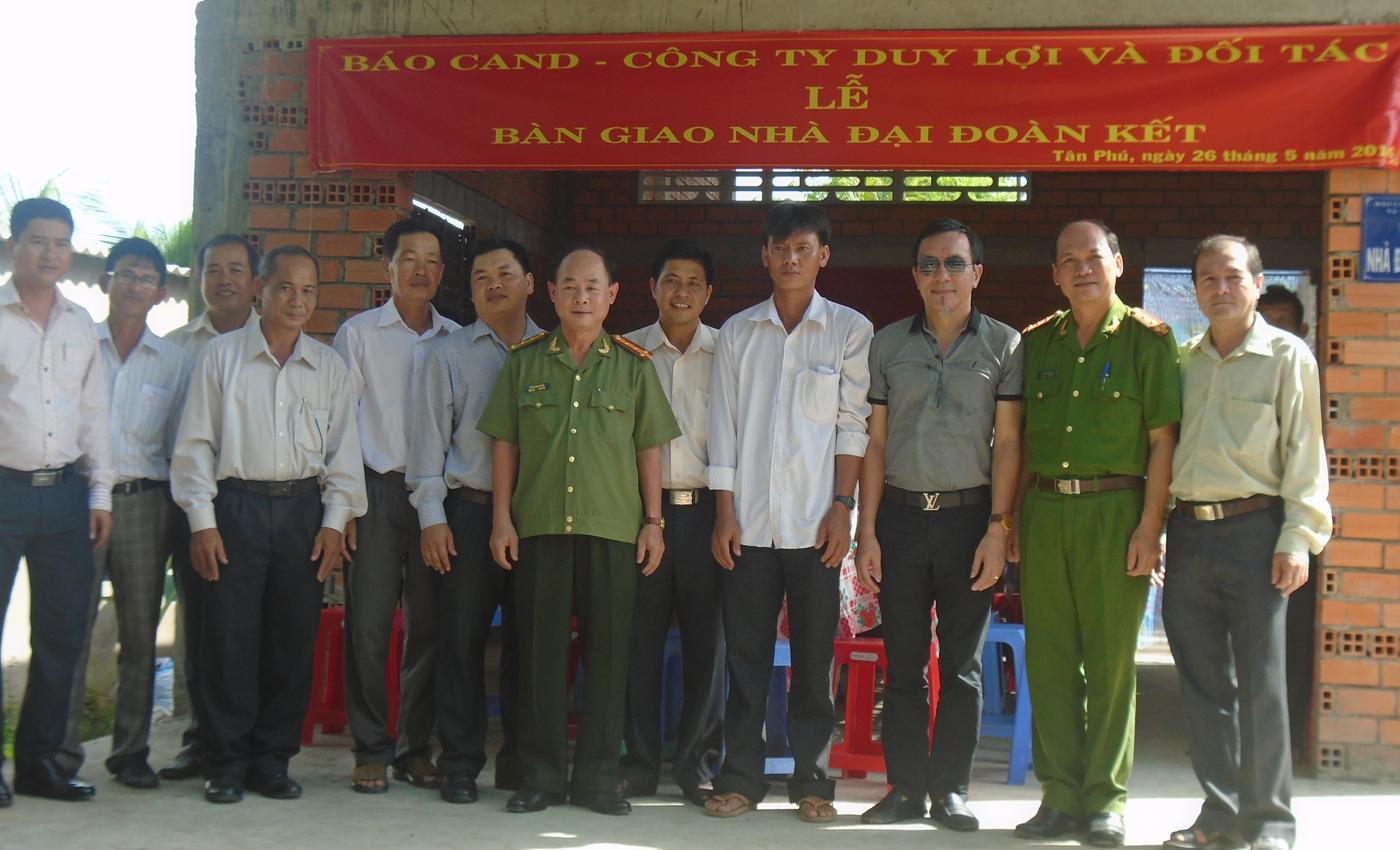 Bàn giao nhà đại đoàn kết tại xã Tân Phú