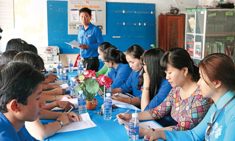 Anh Chung (đứng) tham dự một buổi sinh hoạt của Chi đoàn Trường THCS Thạnh Lộc.