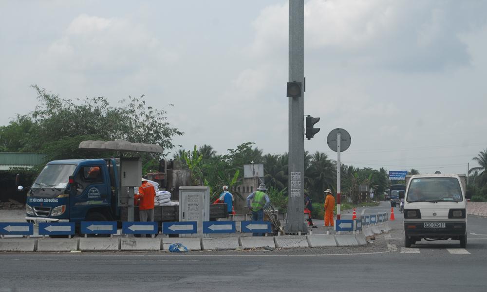 Công nhân của công ty đang chỉnh trang lại đường vào tuyến tránh TX. Cai Lậy (phía xã Tân Hội) vào trưa 22-3.