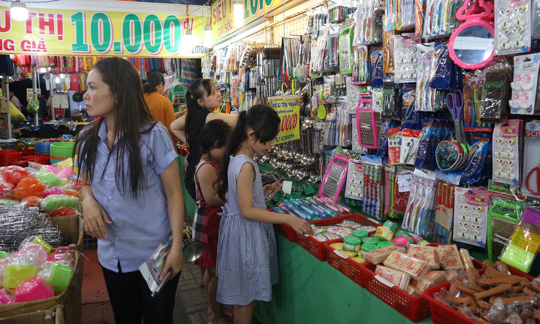 """Công nhân mua hàng hóa tại """"Phiên chợ công nhân, sản phẩm của người lao động""""."""
