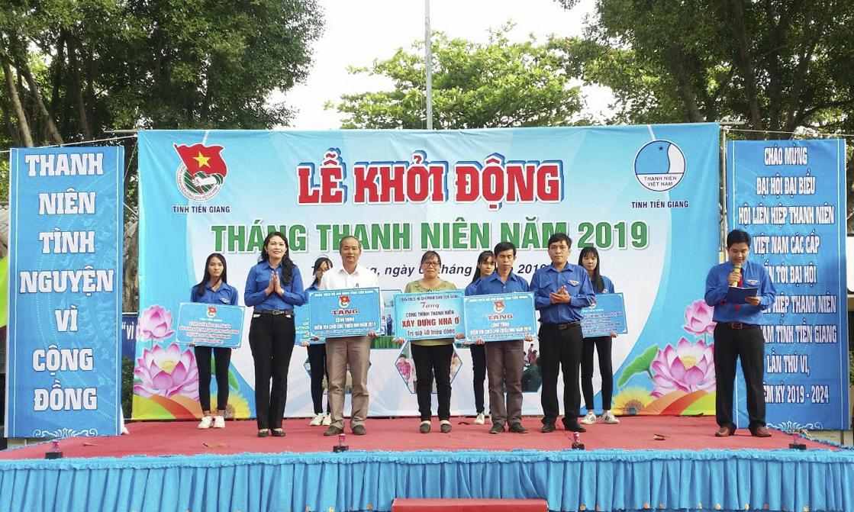 """trao bảng tượng trưng tặng nhà nhân ái cho đoàn viên, thanh niên có hoàn cảnh khó khăn về nhà ở và 2 công trình """"Điểm vui chơi cho thiếu nhi"""" cho xã Yên Luông, huyện Gò Công Tây và xã Long Định, huyện Châu Thành."""