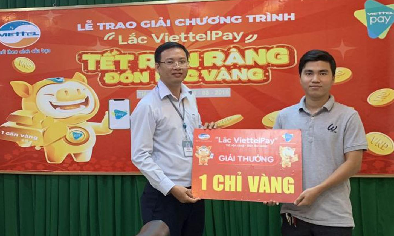 Đại diện Viettel Tiền Giang trao thưởng cho anh Huỳnh Tuấn Giáp.