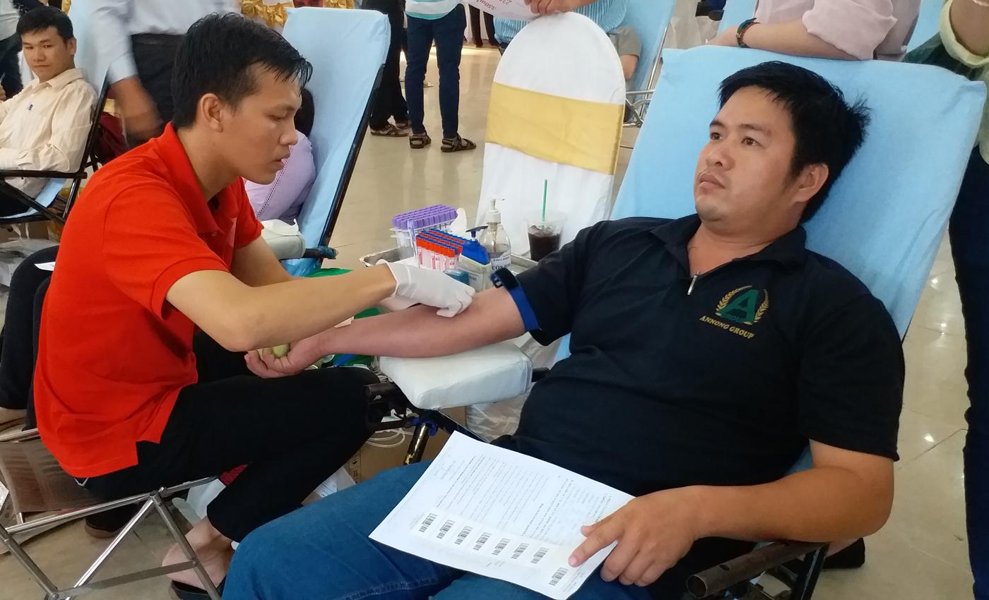 Cán bộ, viên chức, đoàn viên, thanh niên tham gia hiến máu tình nguyện