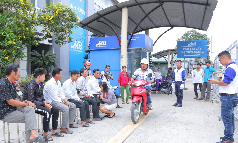 Khách hàng tham gia tập huấn lái xe an toàn.