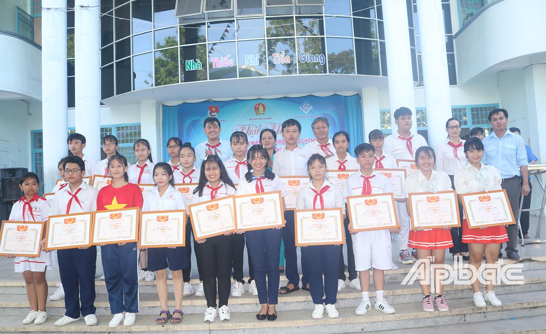 Ban Tổ chức chụp ảnh lưu niệm cùng với các đơn vị tham dự.