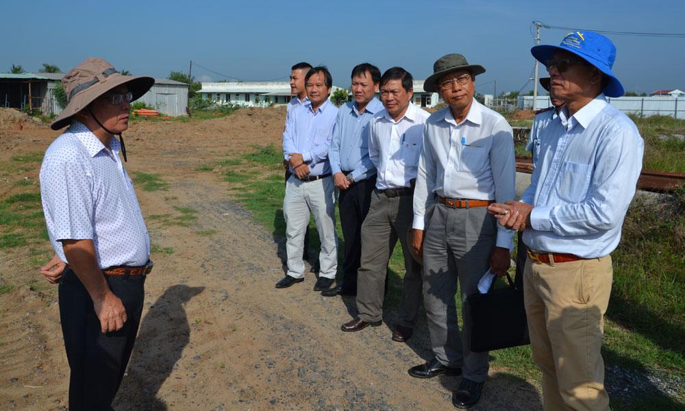 Phó Chủ tịch UBND tỉnh Phạm Anh Tuấn trao đổi với nhà đ-ầu tư