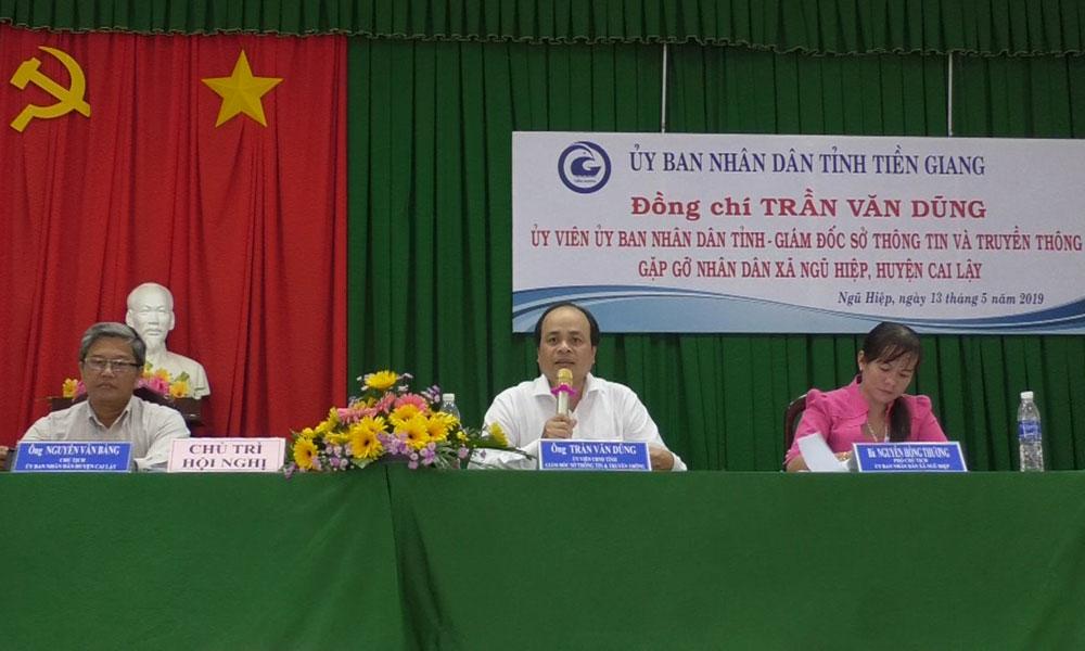 Giám đốc Sở Thông tin và Truyền thông Trần Văn Dũng phát biểu tại buổi gặp gỡ người dân xã Ngũ Hiệp.