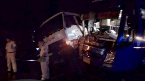 Tiền Giang: Xe khách va chạm kinh hoàng với xe tải, hành khách hoảng loạn