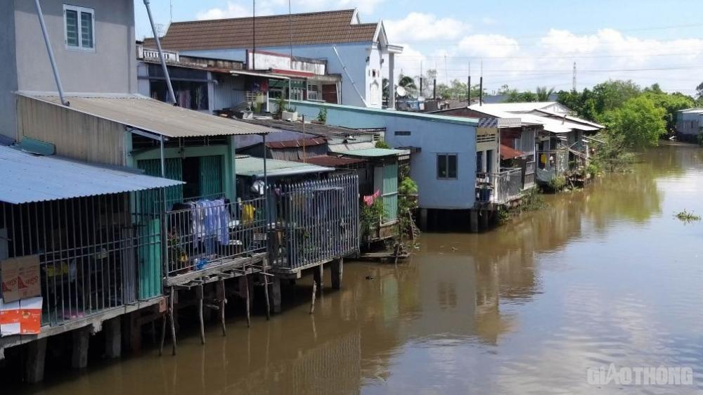 Xây dựng nhà sàn lấn chiếm hành lang đường thủy, đường bộ trên sông Mỹ Thiện, huyện Cái Bè