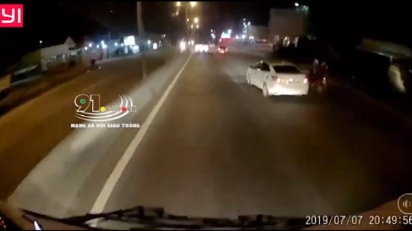 """Ném chai nước vào kính ô tô, 2 người đi xe máy tự ngã, xe khác vượt lên định """"đổ thừa"""""""