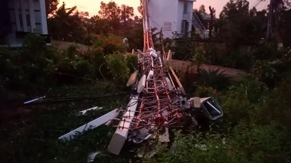 Dông lốc làm sập và tốc mái 28 căn nhà, cây cối ngã la liệt ở Miền Tây