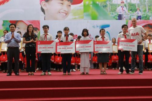 Ông Trần Văn Dũng, bà Nguyễn Thị Hiền và ông Wayne Besant trao Bảo hiểm Nhân thọ cho 5 HS.